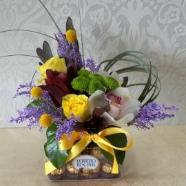 Aranjament flori si Ferrero Rocher