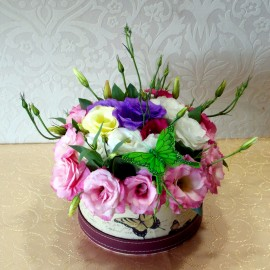 Aranjament lisianthus multicolor in cutie decorativa