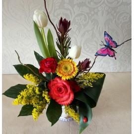 Aranjament flori mix in vas cu fluturas