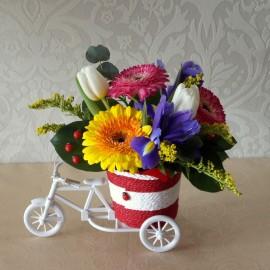 Aranjament flori mix pe bicicleta