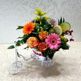 Aranjament flori in vas si lamaie pe bicicleta