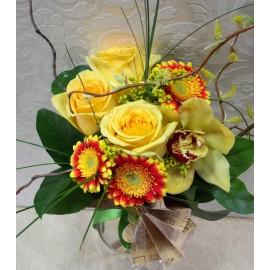 Buchet trandafiri, gerbera si orhidee in ziar