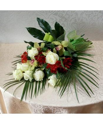 Buchet elegant cu trandafiri albi, alstroemeria si orhidee cymbidium