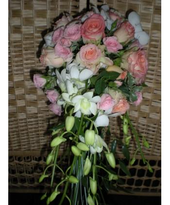 Buchet cu trandafiri, orhidee, lisiantus si verdeata mixta